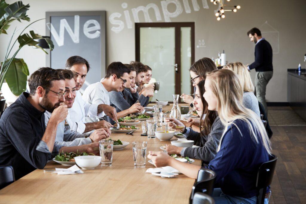 Das Ginetta-Team sitzt am Esstisch und isst zusammen